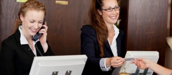 receptionniste-hotel-702x336